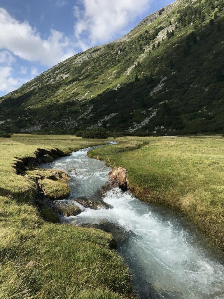 Almlandschaft mit Wasser zwischen Schlegeisspeicher und Pfitscher Joch