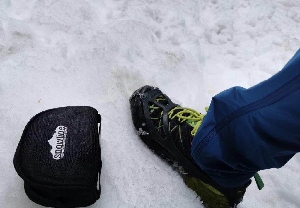 Ich lege mir meine Snowline Grödel an - schnell über die Sohle ziehen und fertig
