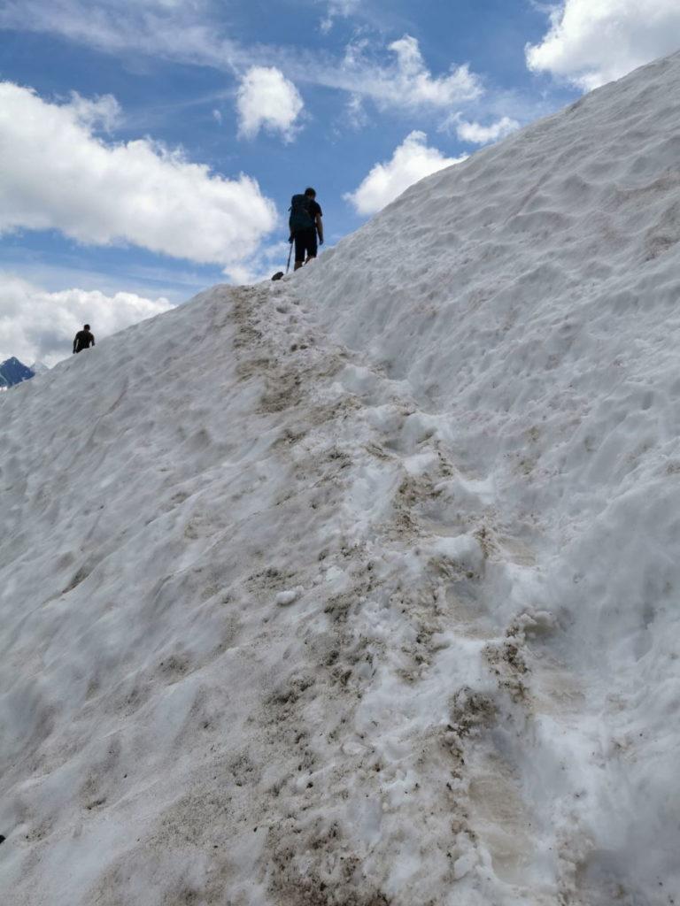 Hüttenwanderung im Schnee - solche Stücke gehören auf dieser Hüttentour dazu