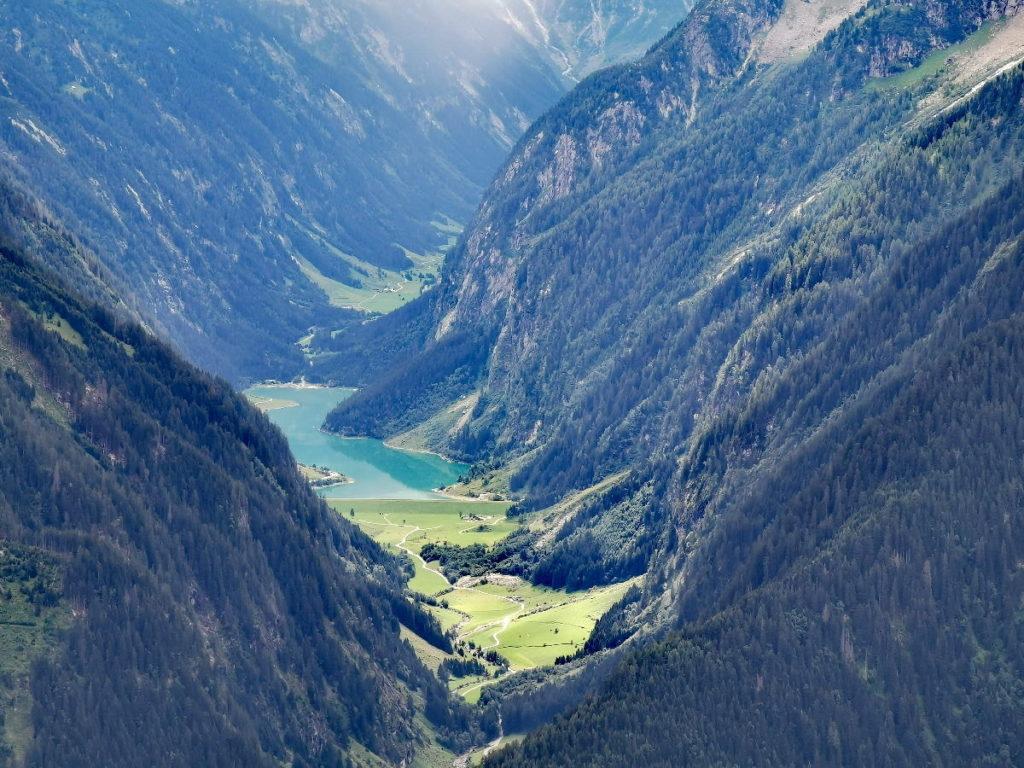Der Stillup Stausee im tief eingeschnittenen Tal der Zillertaler Alpen