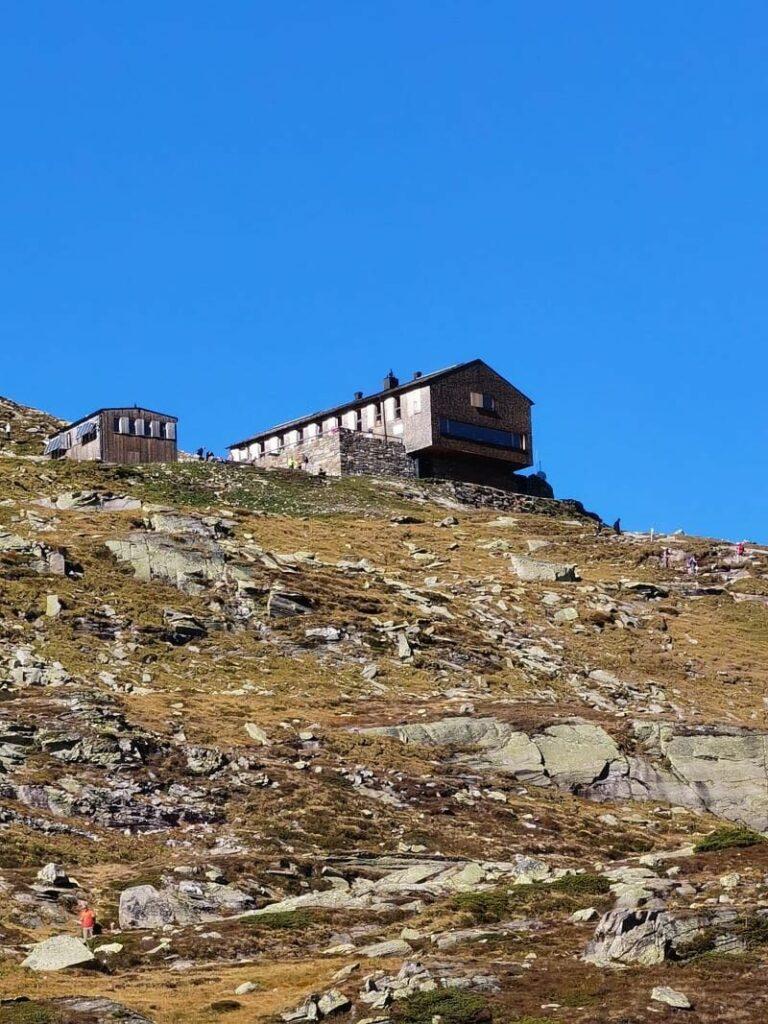 Der Ausblick vom Olperer Hütte Blick zur bekannten Hütte