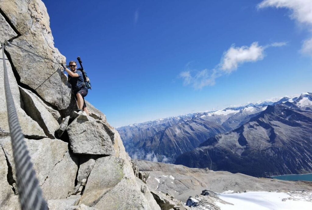 Der Olperer Klettersteig unterhalb des Gipfels - mit Blick auf die anderen 3000er und den Schlegeisspeicher