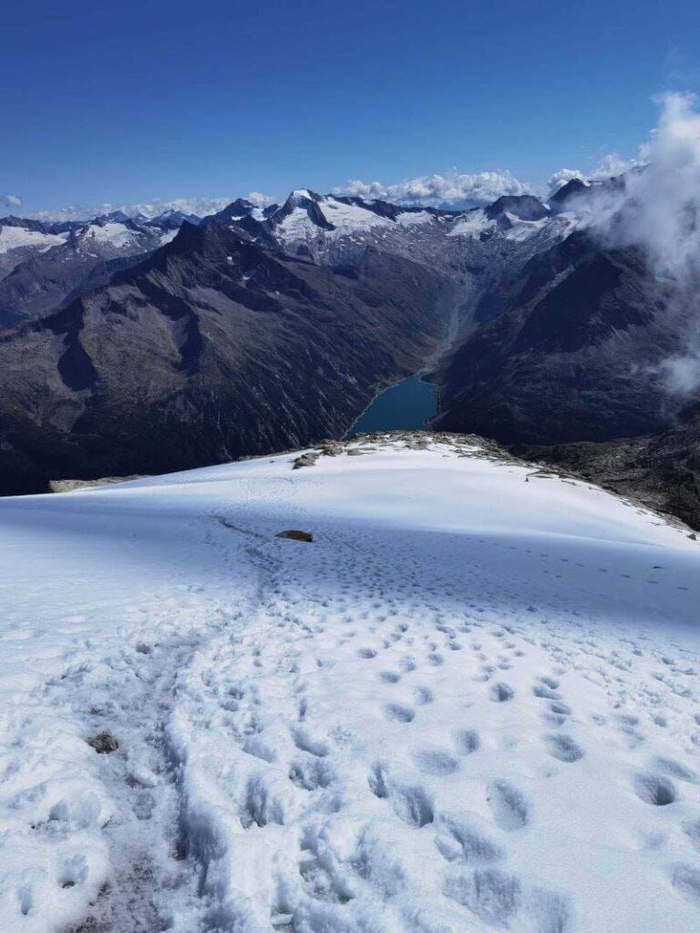Olperer Wanderung über das Schneefeld - gut aufpassen, am besten mit Grödel oder gar Steigeisen