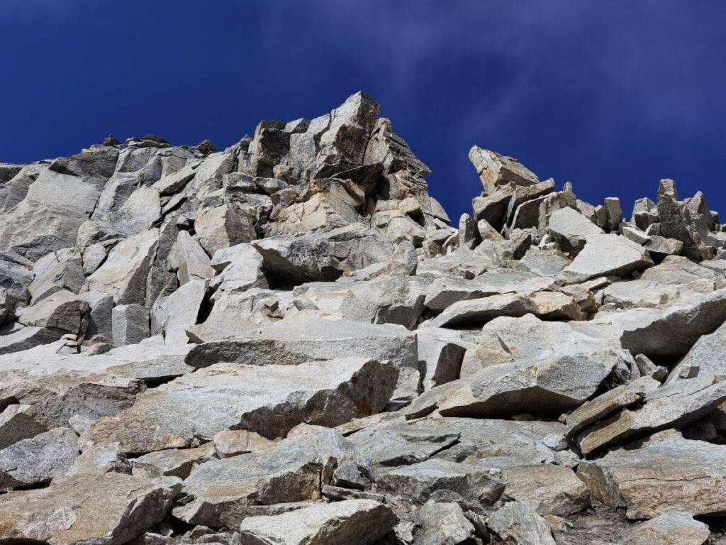 Der finale Anstieg auf den Olperer im Zillertal - über diese Felsen geht es hinauf